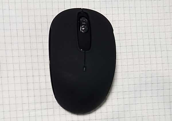 ダイソーBluetoothマウス本体、真っ黒で良くわかりませんがマット仕上げです。
