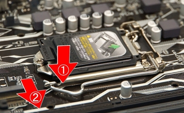 CPUソケット横の金属レバーを①下に押し、②外側にずらした後、③金属レバーを起こす